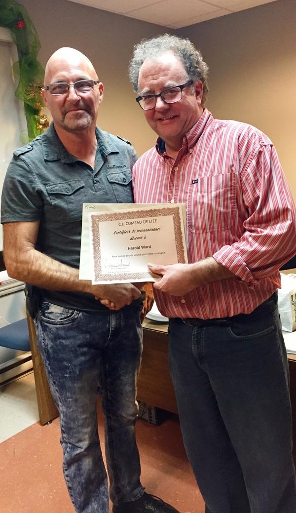 Harold Ward, préposé à la livraison, reçoit son certificat pour 15 années de service du directeur général Normand Mourant