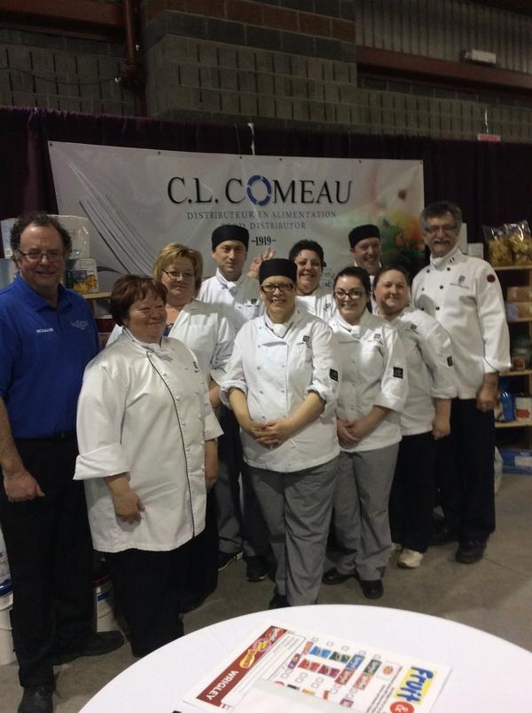 M. Richard Chiasson, professeur ainsi que ses élèves du cours de cuisine du CCNB-Péninsule Acadienne donnent un coup de main très apprécié.