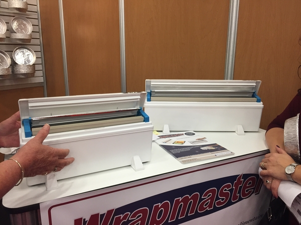 la compagnie Western plastics ont fait la démonstration du WrapMaster, un distributeur à papier aluminium ou résinite de plastique