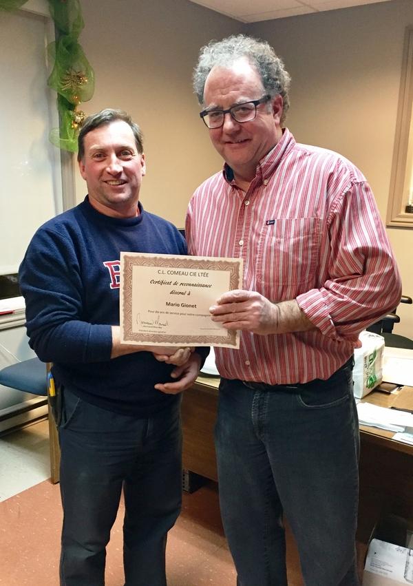 Mario Gionet , préposé à la livraison, reçoit son certificat pour 10 années de service du directeur général Normand Mourant