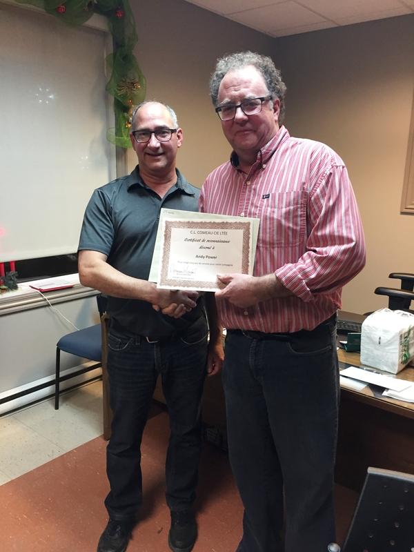 ...Et Normand Mourant, directeur général, reçoit son certificat pour 15 années de service à gérer l'entreprise des mains de notre gérant Andy Power